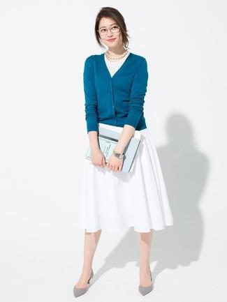 Cómo combinar: zapatos de tacón de ante grises, falda midi plisada blanca, camiseta sin manga blanca, cárdigan en verde azulado