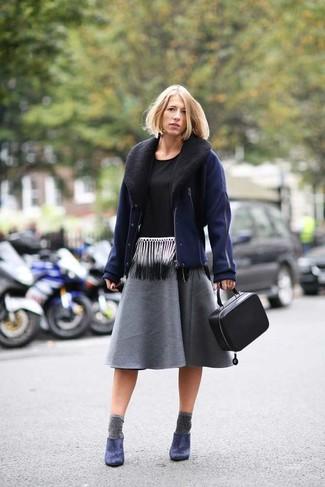 Cómo combinar: zapatos de tacón de cuero azul marino, falda midi plisada en gris oscuro, camiseta sin manga en negro y blanco, cazadora de aviador azul marino