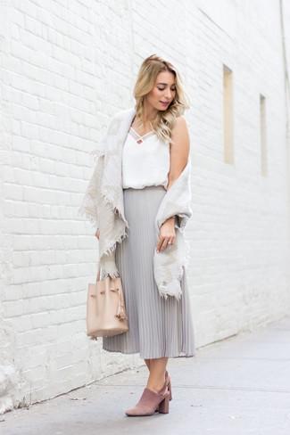 Cómo combinar: chinelas de ante rosadas, falda midi de gasa plisada gris, camiseta sin manga de seda blanca, chal de algodón en beige
