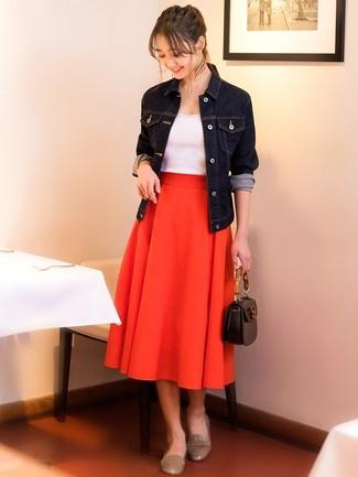Cómo combinar: mocasín de cuero en beige, falda midi plisada roja, camiseta sin manga blanca, chaqueta vaquera azul marino