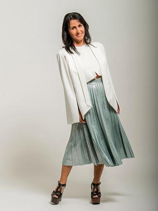 Cómo combinar: sandalias de tacón de cuero gruesas negras, falda midi plisada en verde menta, top corto blanco, blazer estilo capa blanco