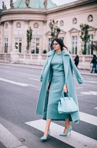 Combinar unos zapatos de tacón de ante en verde menta: Opta por un abrigo con cuello de piel en verde menta y una falda midi en verde menta para un lindo look para el trabajo. Zapatos de tacón de ante en verde menta son una opción inmejorable para completar este atuendo.