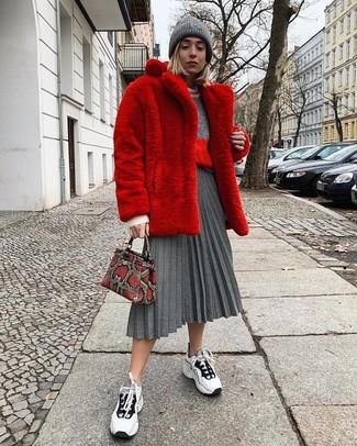 Look de moda: Deportivas en blanco y negro, Falda midi plisada gris, Jersey con cuello circular gris, Abrigo de piel rojo