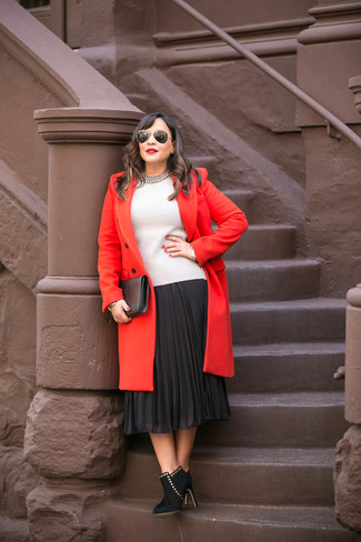 Combinar un collar blanco en clima frío: Emparejar un abrigo rojo con un collar blanco es una opción incomparable para el fin de semana. Botines de ante negros son una opción atractiva para completar este atuendo.