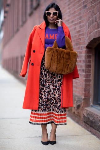 Cómo combinar: zapatos de tacón de cuero negros, falda midi de leopardo en multicolor, jersey con cuello circular estampado en violeta, abrigo rojo
