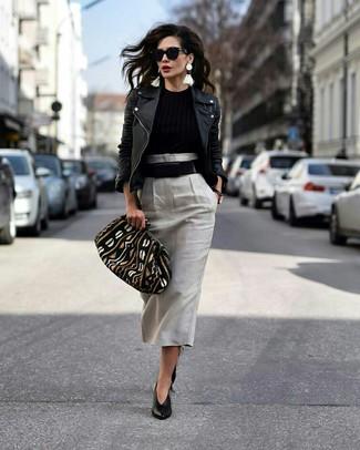 Combinar unos zapatos de tacón de cuero negros: Opta por una chaqueta motera de cuero negra y una falda midi gris para un look diario sin parecer demasiado arreglada. Zapatos de tacón de cuero negros son una opción inmejorable para completar este atuendo.