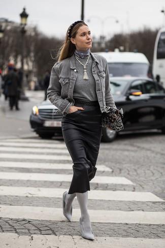 Cómo combinar: zapatos de tacón de lona grises, falda midi de cuero negra, jersey con cuello circular gris, chaqueta vaquera gris