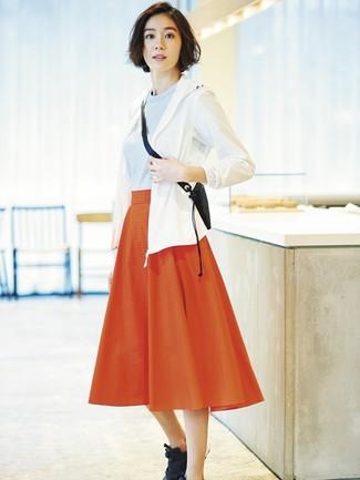 Cómo combinar: deportivas negras, falda midi plisada roja, jersey con cuello circular celeste, chubasquero blanco