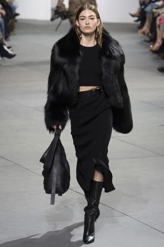 Cómo combinar: botas de caña alta de cuero negras, falda midi de punto negra, jersey corto negro, chaqueta de piel negra