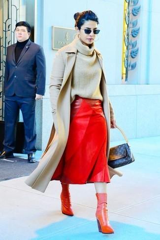 Cómo combinar: botines de cuero rojos, falda midi de cuero roja, jersey de cuello alto de punto en beige, abrigo en beige