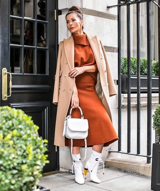 Cómo combinar: botines de cuero blancos, falda midi de lana en tabaco, jersey de cuello alto en tabaco, abrigo marrón claro