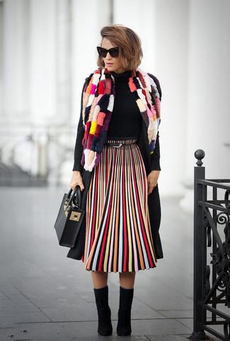 Cómo combinar: botines de ante negros, falda midi de rayas verticales en multicolor, jersey de cuello alto negro, abrigo negro