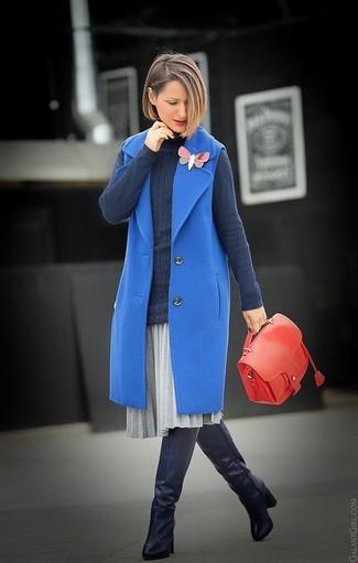 Cómo combinar: botas sobre la rodilla de cuero negras, falda midi plisada gris, jersey de cuello alto en gris oscuro, abrigo sin mangas azul