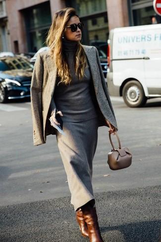 Cómo combinar: botas a media pierna de cuero marrónes, falda midi de lana gris, jersey de cuello alto gris, blazer gris