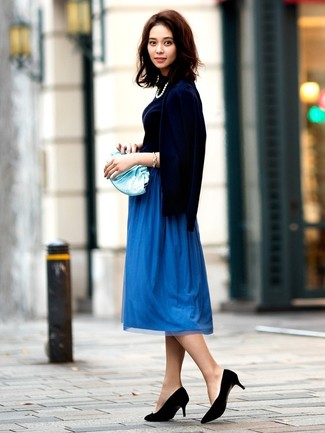 Cómo combinar: zapatos de tacón de ante negros, falda midi plisada azul, jersey de cuello alto azul marino, cárdigan azul marino