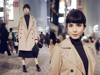 Cómo combinar: zapatos con doble hebilla de cuero negros, falda midi plisada en gris oscuro, jersey de cuello alto en gris oscuro, gabardina marrón claro