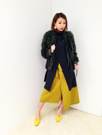 Una falda midi de vestir con unos zapatos de tacón amarillos: Empareja un abrigo de piel verde oscuro con una falda midi para lograr un estilo informal elegante. Zapatos de tacón amarillos son una opción inigualable para completar este atuendo.