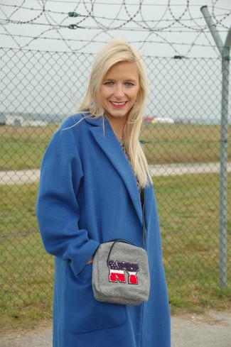 Cómo combinar: bolso bandolera gris, falda midi de cuero plisada negra, jersey con cuello circular de leopardo gris, abrigo azul