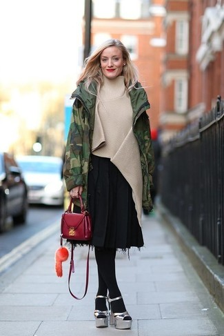 Cómo combinar: sandalias de tacón de cuero gruesas plateadas, falda midi plisada negra, poncho en beige, parka de camuflaje verde oscuro