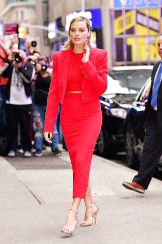 Cómo combinar: sandalias de tacón de cuero doradas, falda midi roja, top corto rojo, blazer rojo