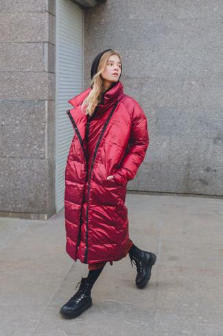 Cómo combinar: botas planas con cordones de cuero negras, falda midi estampada roja, sudadera con capucha negra, abrigo de plumón rojo
