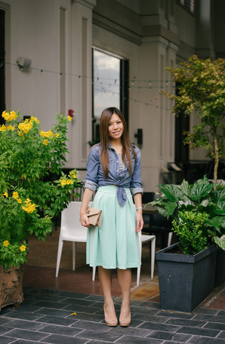 Cómo combinar: sandalias de tacón de cuero en beige, falda midi plisada en verde menta, top corto de rayas horizontales en blanco y negro, camisa de vestir de cambray azul