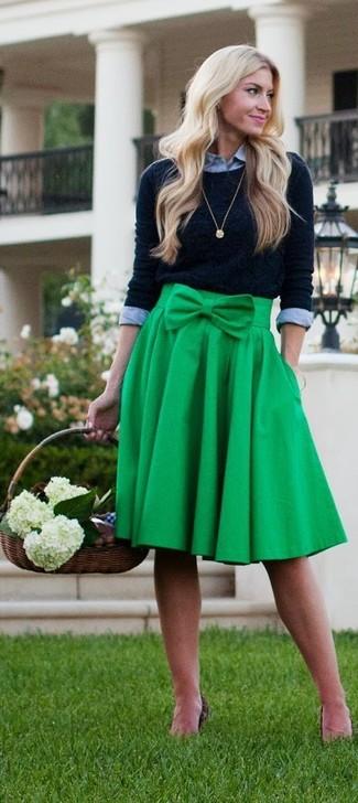 Cómo combinar: colgante dorado, falda midi plisada verde, camisa de vestir gris, jersey con cuello circular negro