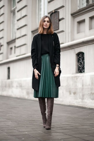 Cómo combinar: botas sobre la rodilla de ante en gris oscuro, falda midi de cuero plisada verde oscuro, jersey con cuello circular negro, abrigo negro