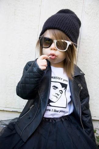 Cómo combinar: gorro negro, falda de tul negra, camiseta en blanco y negro, chaqueta de cuero negra