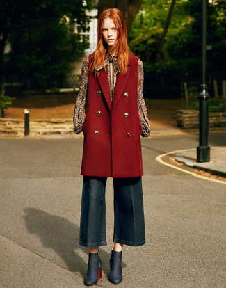 Combinar unas botas: Equípate un abrigo sin mangas burdeos junto a una falda pantalón vaquera azul marino para una apariencia fácil de vestir para todos los días. Si no quieres vestir totalmente formal, complementa tu atuendo con botas.