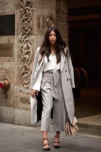 Cómo combinar: zapatos de tacón de ante negros, falda pantalón gris, blusa de botones blanca, abrigo gris