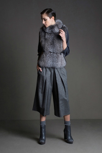 Combinar unos botines de cuero en gris oscuro: Mantén tu atuendo relajado con un chaleco de pelo gris y una falda pantalón de lana gris. Botines de cuero en gris oscuro son una sencilla forma de complementar tu atuendo.