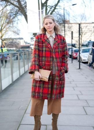 Cómo combinar: botas de caña alta de ante marrón claro, falda pantalón marrón claro, camisa de vestir a lunares en blanco y negro, abrigo de tartán rojo