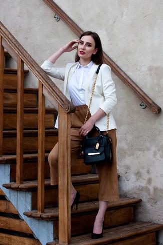 Cómo combinar: zapatos de tacón de ante negros, falda pantalón marrón claro, camisa de vestir blanca, blazer blanco