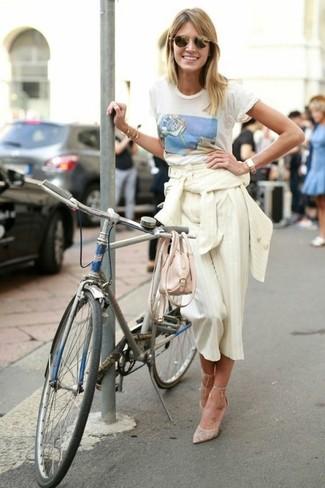 Cómo combinar: zapatos de tacón de lona en beige, falda pantalón de rayas verticales en beige, camiseta con cuello circular estampada blanca, blazer de rayas verticales en beige