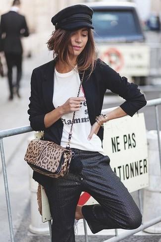 Combinar un bolso bandolera de pelo de becerro de leopardo en negro y marrón claro: Haz de un blazer negro y un bolso bandolera de pelo de becerro de leopardo en negro y marrón claro tu atuendo para un look agradable de fin de semana.