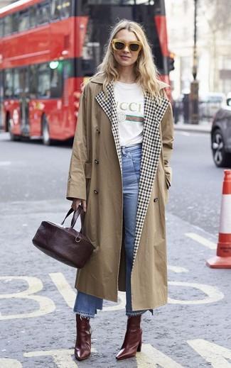 Cómo combinar: botines de cuero burdeos, falda pantalón vaquera celeste, camiseta con cuello circular estampada blanca, gabardina marrón claro