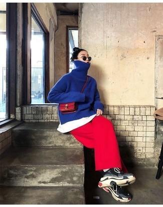Cómo combinar: deportivas negras, falda pantalón roja, camiseta con cuello circular blanca, jersey de cuello alto azul