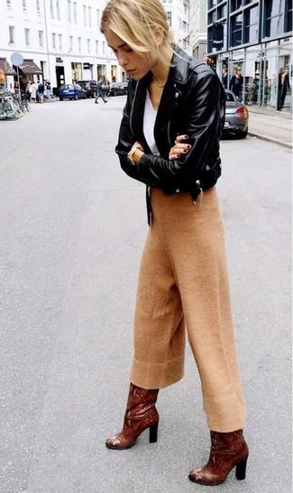 Cómo combinar: botas de caña alta de cuero marrónes, falda pantalón de lana marrón claro, camiseta con cuello en v blanca, chaqueta motera de cuero negra