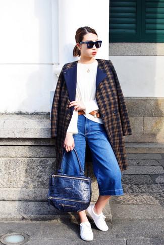 Combinar un bolso de hombre de cuero azul marino: Un abrigo de tartán azul marino y un bolso de hombre de cuero azul marino son una opción atractiva para el fin de semana. Tenis blancos son una opción buena para completar este atuendo.