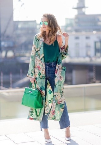 Combinar una falda pantalón vaquera azul marino en primavera 2020: Casa un abrigo duster con print de flores verde con una falda pantalón vaquera azul marino para cualquier sorpresa que haya en el día. Zapatos de tacón de cuero blancos son una opción estupenda para completar este atuendo. Este atuendo es una solución perfecta si tu buscas un atuendo primaveral.