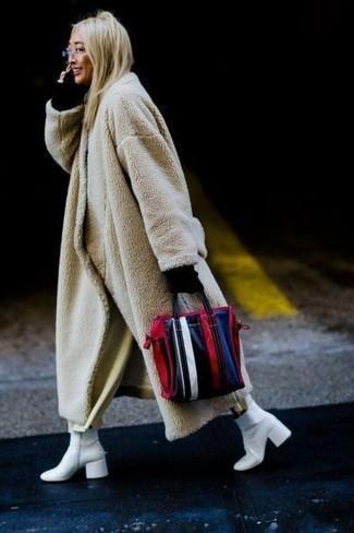 Cómo combinar: botines de cuero blancos, falda pantalón en beige, jersey con cuello circular negro, abrigo de piel en beige
