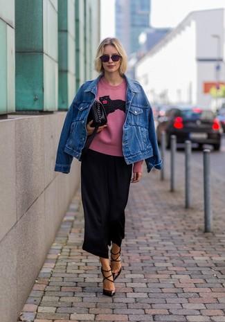 Cómo combinar: zapatos de tacón de cuero en marrón oscuro, falda pantalón negra, jersey con cuello circular estampado rosado, chaqueta vaquera azul