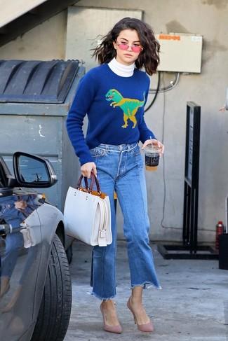 Cómo combinar: zapatos de tacón de ante rosados, falda pantalón vaquera azul, jersey con cuello circular estampado azul, jersey de cuello alto blanco