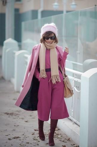 Cómo combinar: botas sobre la rodilla de ante burdeos, falda pantalón rosa, jersey corto rosa, abrigo rosado