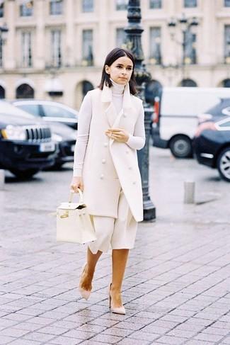Combinar un abrigo sin mangas: Para crear una apariencia para un almuerzo con amigos en el fin de semana elige un abrigo sin mangas y una falda pantalón blanca. Un par de zapatos de tacón de ante en beige se integra perfectamente con diversos looks.