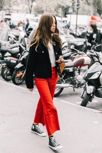 Cómo combinar: zapatillas altas de lona en negro y blanco, falda pantalón vaquera roja, jersey de cuello alto blanco, cazadora de aviador de pana negra