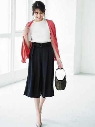 Cómo combinar: zapatos de tacón de cuero grises, falda pantalón negra, jersey de manga corta blanco, cárdigan rojo