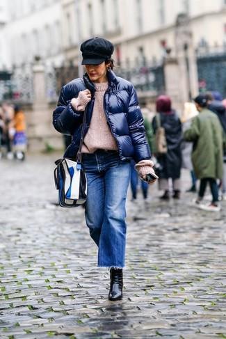 Combinar un plumífero azul marino: Ponte un plumífero azul marino y una falda pantalón vaquera azul para un look agradable de fin de semana. Botines de cuero negros son una opción incomparable para completar este atuendo.