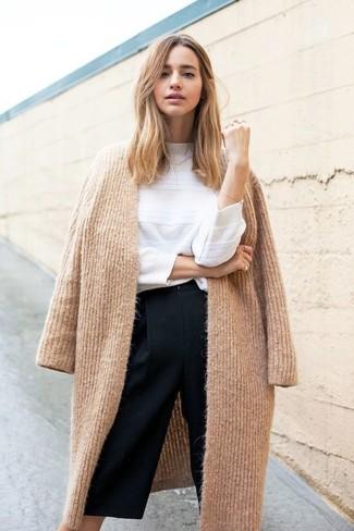 Cómo combinar: falda pantalón negra, jersey con cuello circular blanco, abrigo de punto marrón claro